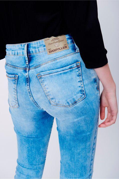 Calca-Jeans-Skinny-com-Rasgos-no-Joelho-Detalhe--