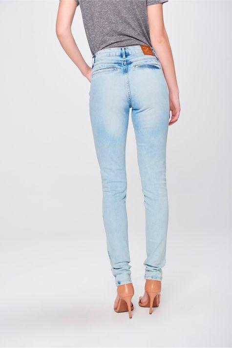 Calca-Skinny-Jeans-com-Bolsos-Embutidos-Costas--