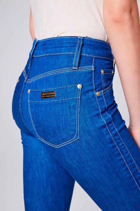 Calca-Jeans-com-Recortes-Laterais-Detalhe--