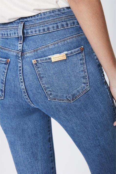 Calca-Jeans-Flare-com-Recortes-Feminina-Detalhe--