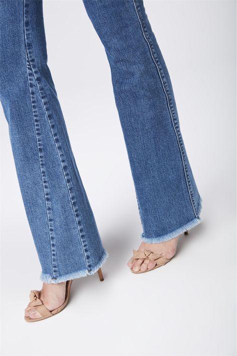 Calca-Jeans-Flare-com-Recortes-Feminina-Detalhe-1--