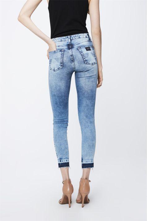 Calca-Jeans-Claro-com-Barra-Desfiada-Costas--