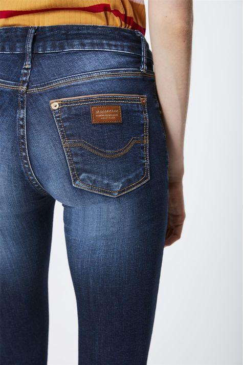 Calca-Jeans-com-Cintura-Media-Feminina-Detalhe--
