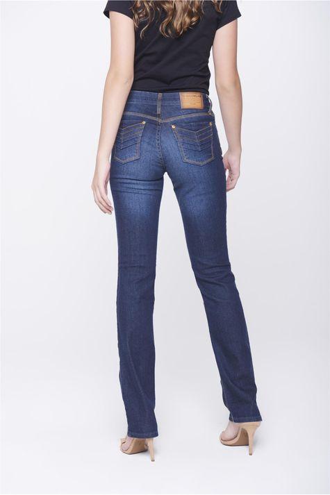 Calca-Jeans-Reta-com-Detalhes-nos-Bolsos-Costas--