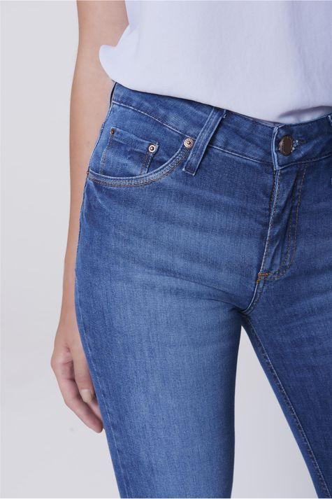 Calca-Jeans-Reta-com-Detalhe-nos-Bolsos-Detalhe-1--