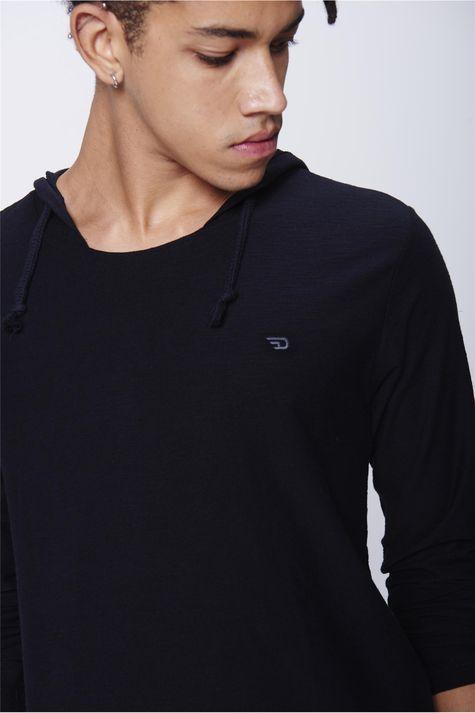 Camiseta-Masculina-com-Capuz-Detalhe--