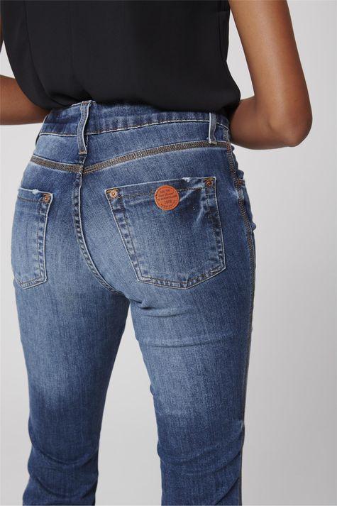 Calca-Boot-Cut-Jeans-Barra-Desfiada-Detalhe--