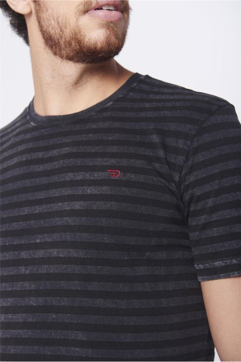 Camiseta-Listrada-Masculina-Detalhe--
