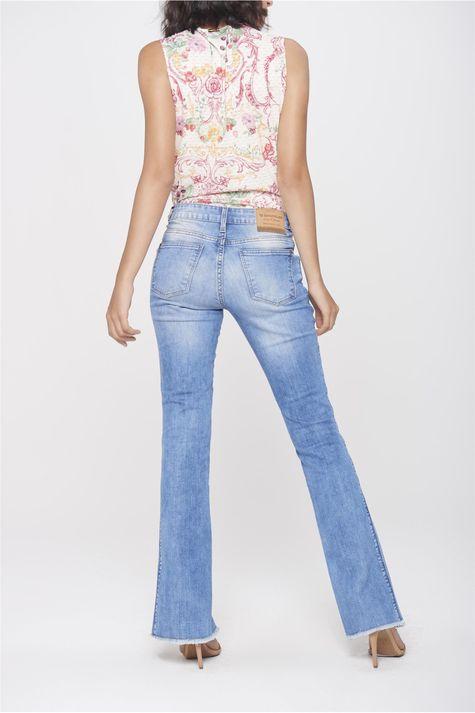 Calca-Jeans-Reta-com-Fenda-na-Barra-Costas--