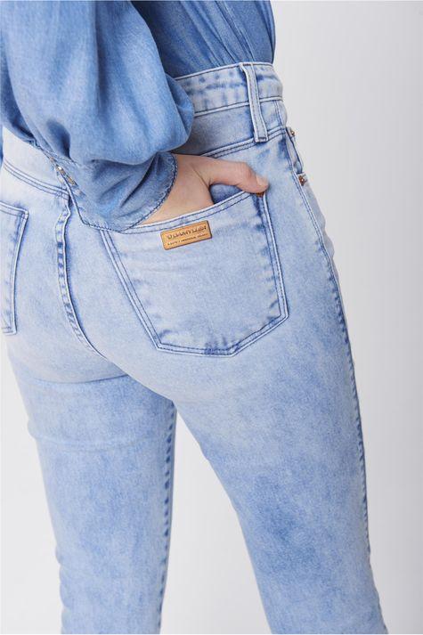 Calca-Cigarrete-Jeans-Claro-Feminina-Detalhe--