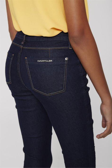 Calca-Capri-Jeans-com-Detalhe-na-Lateral-Detalhe--