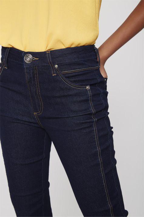 Calca-Capri-Jeans-com-Detalhe-na-Lateral-Detalhe-1--