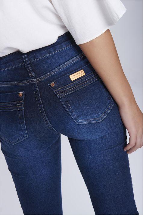 Calca-Jeans-Reta-com-Recortes-nos-Bolsos-Frente--