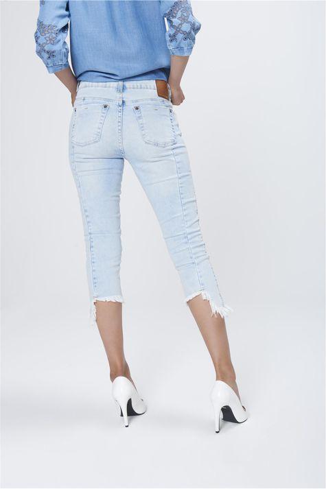 Calca-Capri-Jeans-com-Barra-Assimetrica-Costas--