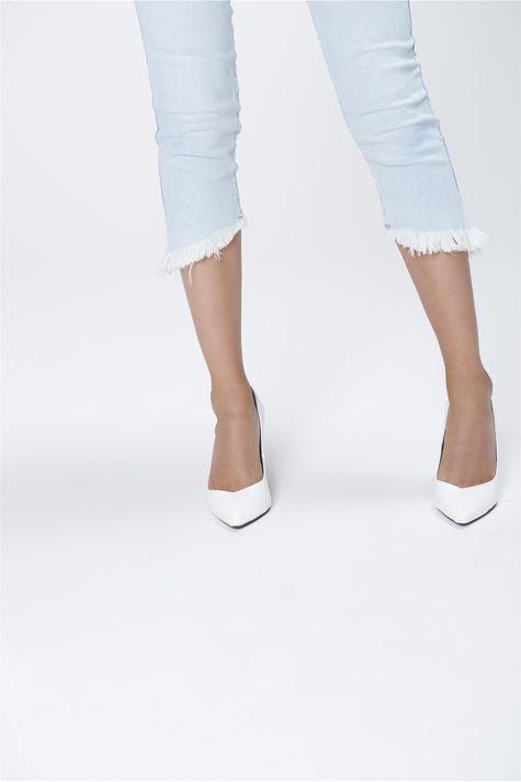 Calca-Capri-Jeans-com-Barra-Assimetrica-Detalhe--