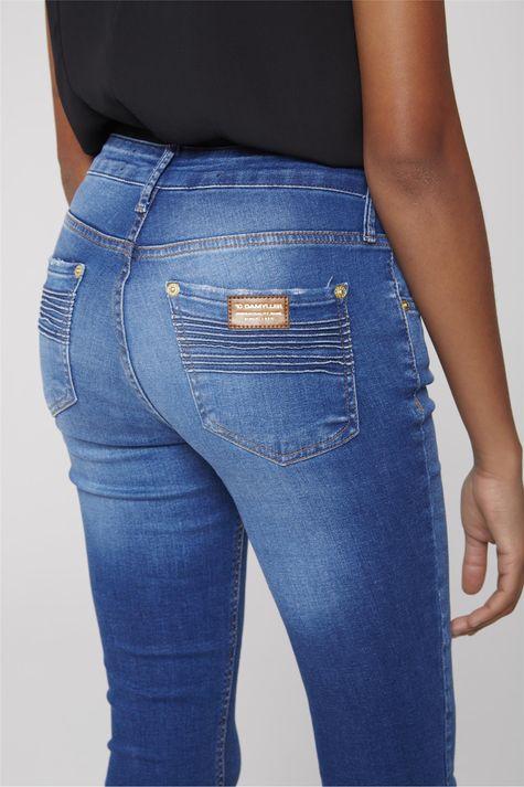 Calca-Jeans-Reta-com-Frisos-nos-Bolsos-Frente--