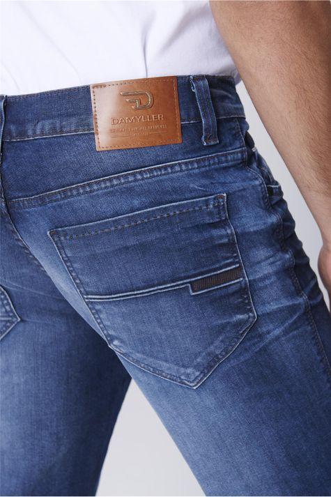 Calca-Jeans-Justa-Relevo-Bolso-Masculina-Detalhe--