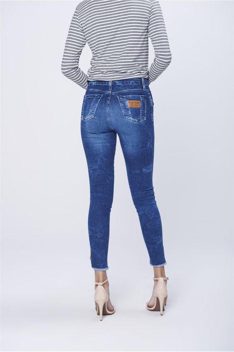 Calca-Jegging-Jeans-com-Barra-Desfiada-Costas--