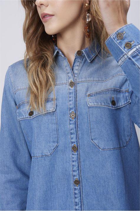 Camisa-Jeans-com-Bolsos-Feminina-Detalhe--