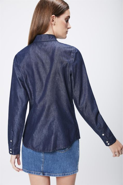 Camisa-Feminina-em-Jeans-Escuro-Costas--