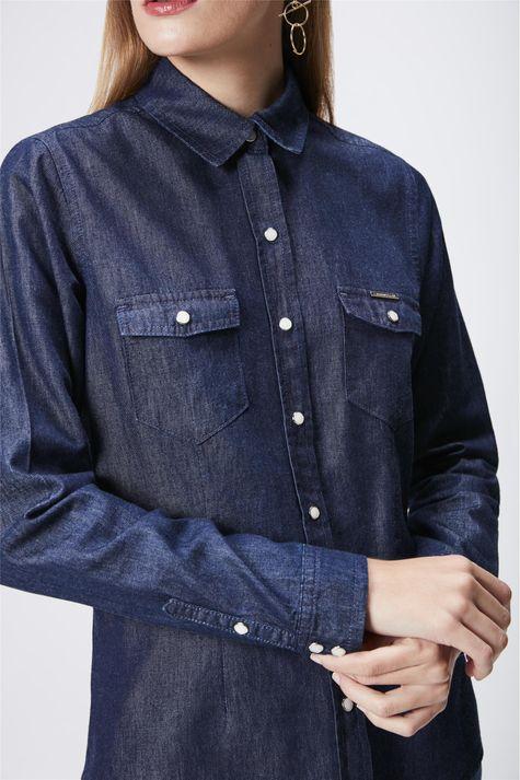 Camisa-Feminina-em-Jeans-Escuro-Detalhe--