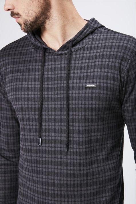 Camiseta-Manga-Longa-Com-Capuz-Masculina-Detalhe--