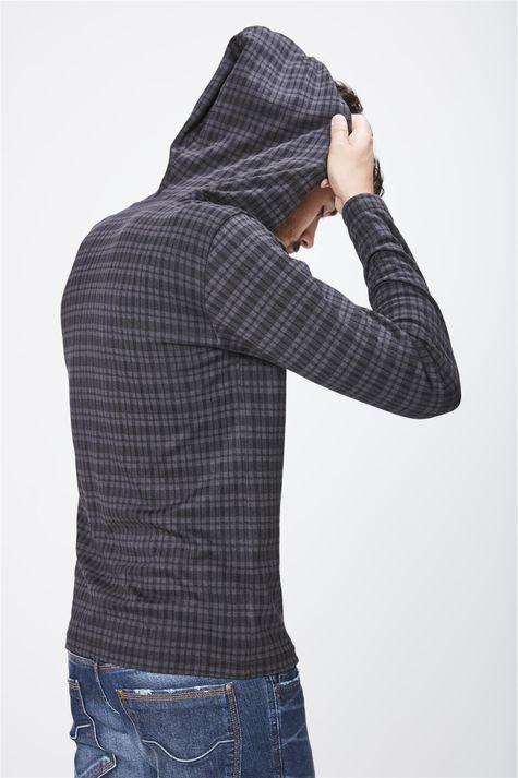 Camiseta-Manga-Longa-Com-Capuz-Masculina-Detalhe-1--
