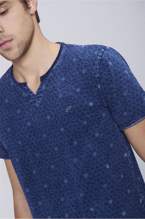 Camiseta-Malha-Indigo-Estampa-Repeticao-Detalhe--
