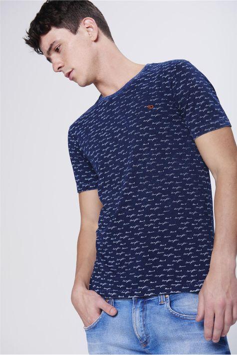 Camiseta-com-Estampa-de-Repeticao-Frente--
