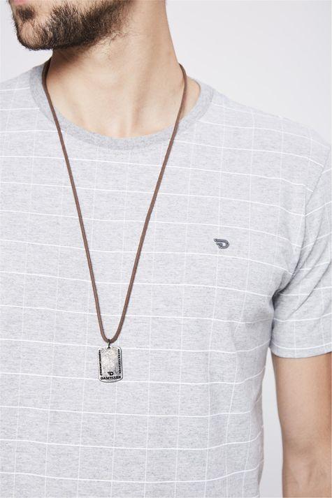 Camiseta-Cinza-Mescla-com-Estampa-Xadrez-Detalhe--
