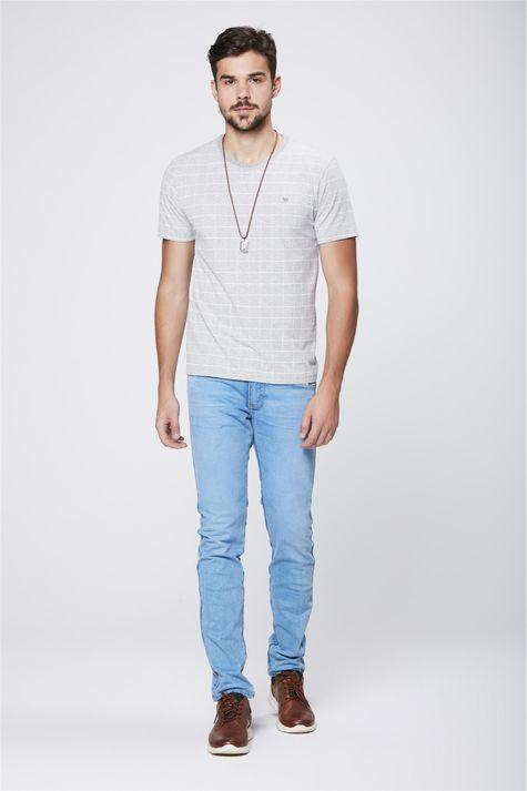 Camiseta-Cinza-Mescla-com-Estampa-Xadrez-Detalhe-1--