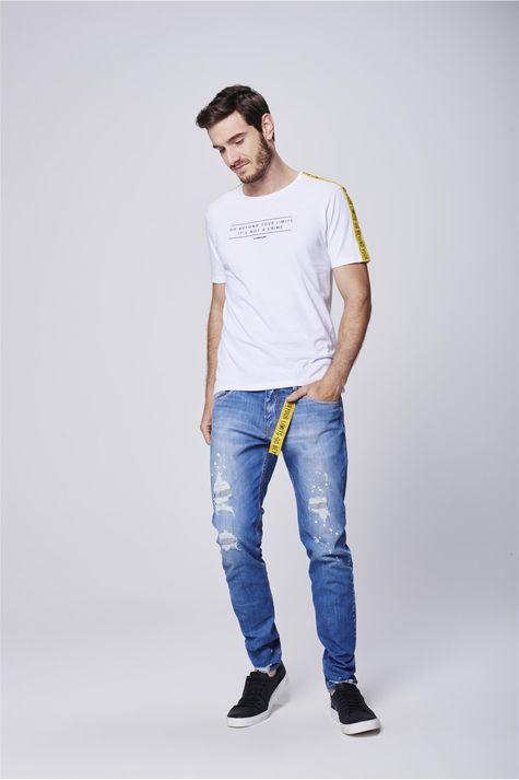Camiseta-com-Faixas-nas-Mangas-Detalhe-1--