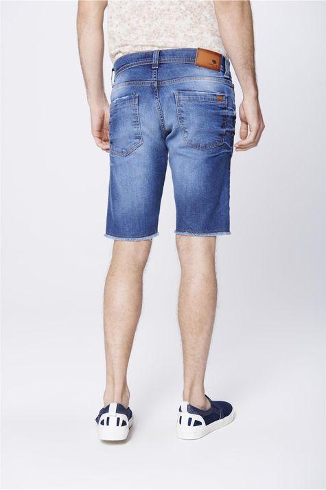 Bermuda-Jeans-Masculina-Barra-Desfiada-Costas--