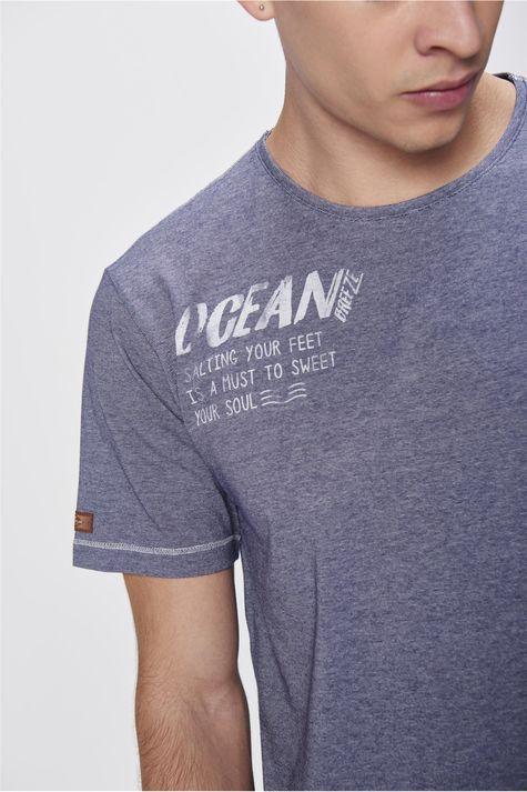Camiseta-Listrada-com-Estampa-Masculina-Detalhe--