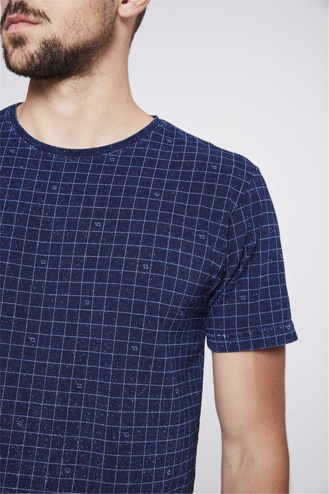 Camiseta-de-Malha-Denim-com-Print-Xadrez-Detalhe-1--