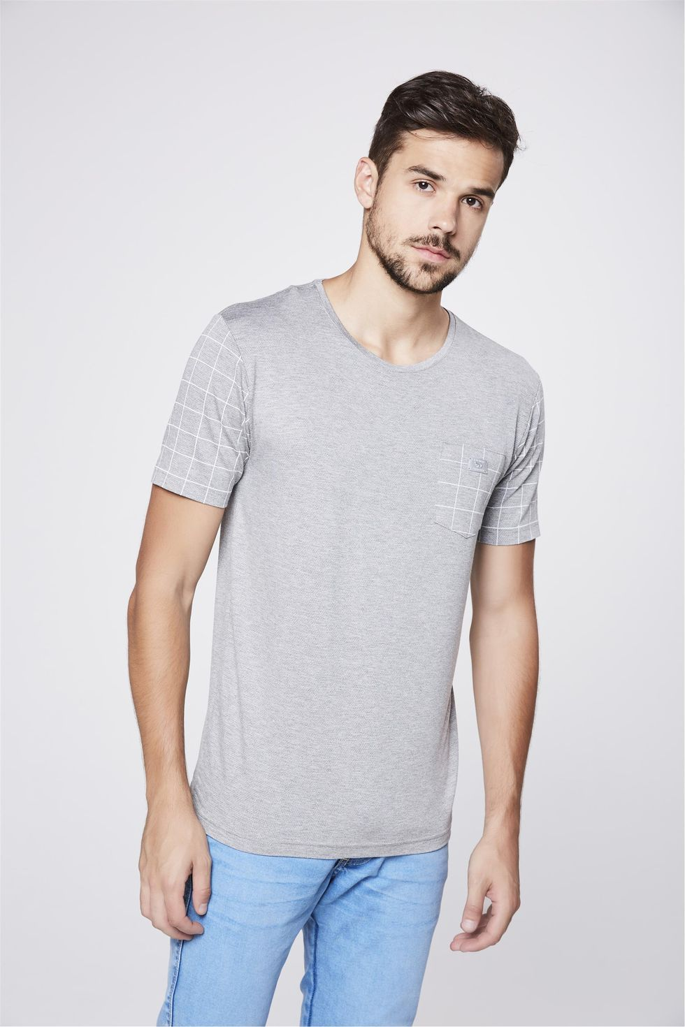Camiseta-Cinza-com-Detalhes-Xadrez-Frente--