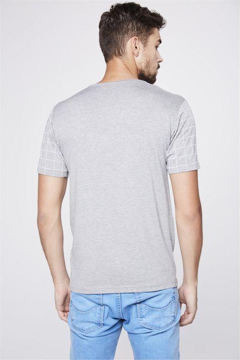 Camiseta-Cinza-com-Detalhes-Xadrez-Costas--