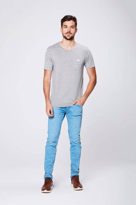 Camiseta-Cinza-com-Detalhes-Xadrez-Detalhe-1--