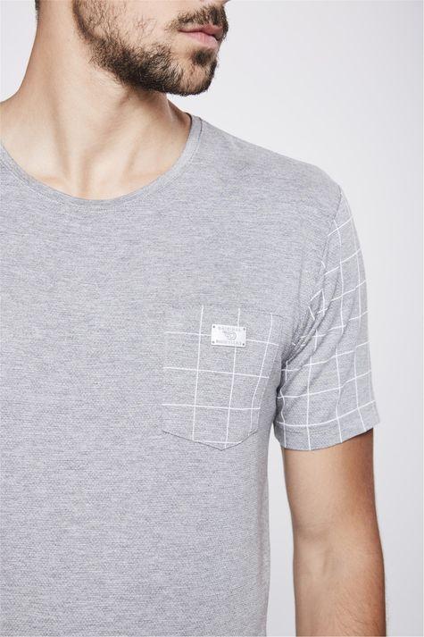 Camiseta-Cinza-com-Detalhes-Xadrez-Detalhe--