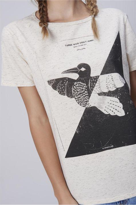 Camiseta-Feminina-com-Estampa-Frontal-Detalhe--