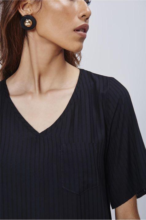Camiseta-Decote-V-Feminina-Detalhe--