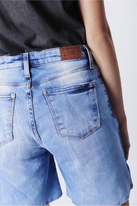 Bermuda-Jeans-Recortes-Laterais-Feminina-Detalhe--