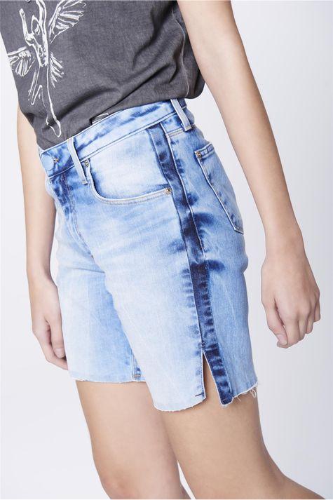 Bermuda-Jeans-Recortes-Laterais-Feminina-Lado--