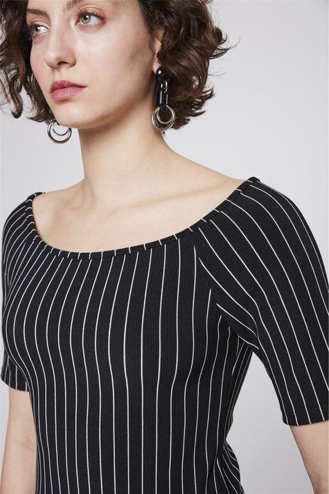 Blusa-Ombro-a-Ombro-Listrada-Feminina-Detalhe--