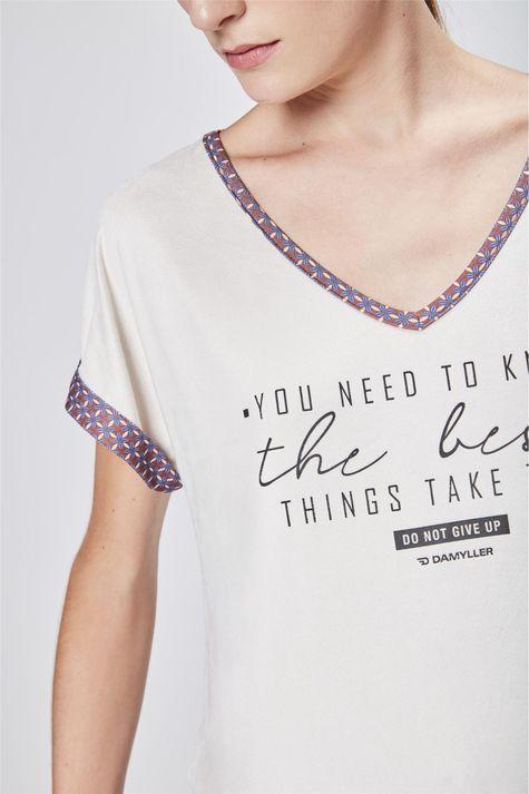 Camiseta-Feminina-Decote-V-de-Suede-Detalhe--