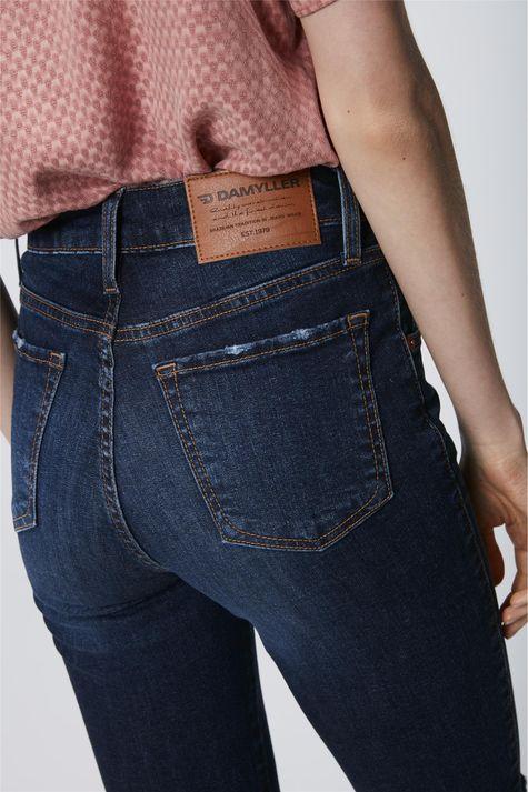 Bermuda-Jeans-Barra-Desfiada-Feminina-Detalhe--
