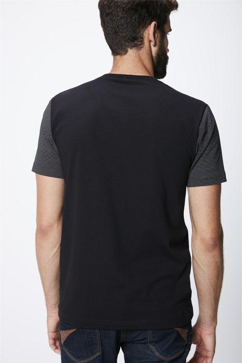 Camiseta-com-Manga-Listrada-Masculina-Costas--
