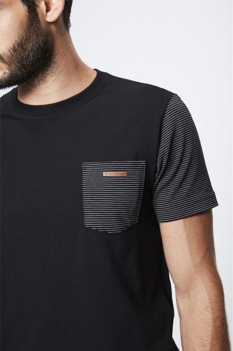 Camiseta-com-Manga-Listrada-Masculina-Detalhe--