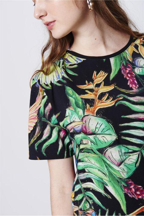 Camiseta-com-Estampa-Floral-Unissex-Detalhe--