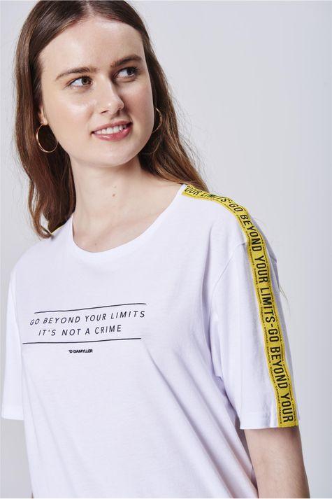 Camiseta-com-Faixas-nas-Mangas-Detalhe--